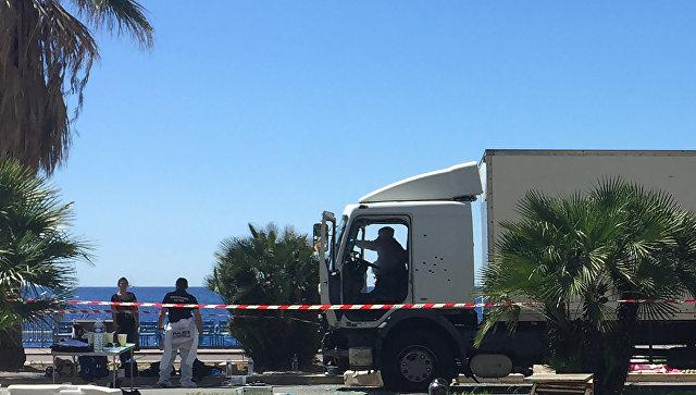 Грузовик, на котором террорист протаранил толпу в Ницце