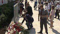 Цветы и свечи у посольства Франции: москвичи почтили память погибших в Ницце