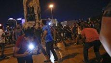 Столкновения сторонников Эрдогана с военными на площади Таксим в Стамбуле. 16 июля 2016
