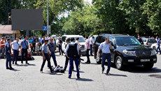 Сотрудники правоохранительных органов проводят задержание подозреваемого в стрельбе на улице Алма-Аты, Казахстан. 18 июля 2016