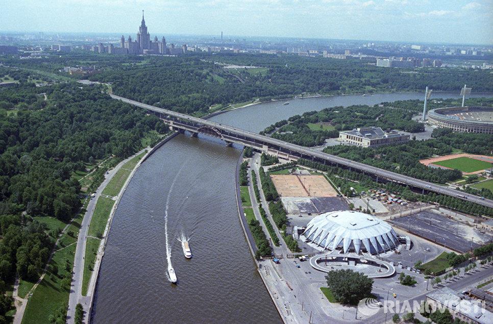 Москва-река. Справа - Центральный стадион имени В. И. Ленина (ныне стадион Лужники). Слева - здание МГУ