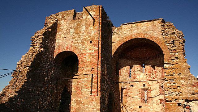 Руины церкви Благовещения на Рюриковом Городище