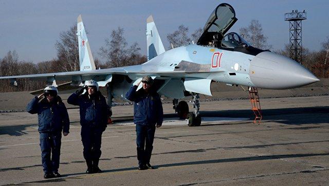 Военные летчики на фоне истребителя Су-35С. Архивное фото