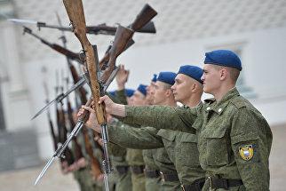 Солдаты Президентского полка отрабатывают строевые приемы