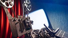 Кинопроектор и катушки с фильмами. Архивное фото