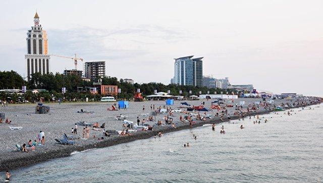 Отдыхающие не пляже в Батуми. Архивное фото