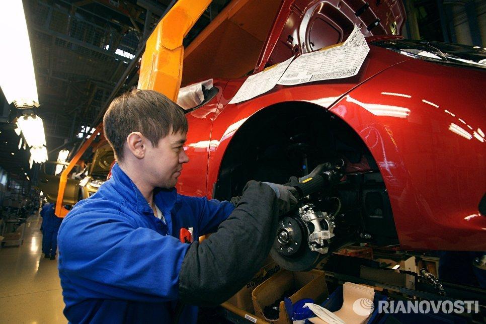 Сборочное производство на конвейере завода АвтоВАЗ в городе Тольятти