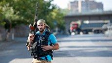 Член группы Сасна црер на территории захваченного полка ППС полиции района Эребуни в Ереване. Архивное фото