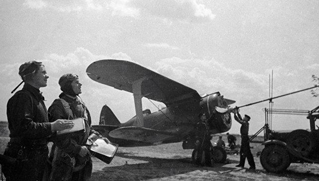 Летчики готовят самолет к боевому вылету