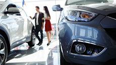 Покупка нового автомобиля в салоне. Архивное фото