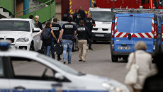Полицейские и пожарные возле церкви в городке Сент-Этьен-дю-Рувре, Франция. 26 июля 2016