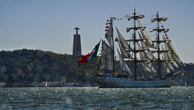 Участники международной гонки больших парусников Tall Ships в порту Лиссабона