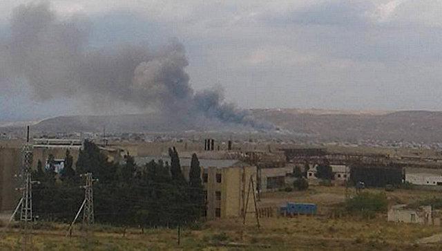 Дым от взрыва на оружейном заводе Араз Министерства оборонной промышленности Азербайджана