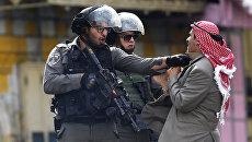 Сотрудники полиции Израиля во время столкновений с палестинцами в Хевроне. Архивное фото