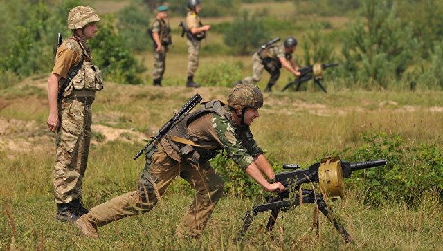 Военнослужащие пограничных войск Украины во время стрельб из 30-мм автоматического станкового гранатомёта (АГС-17) на полигоне в Львовской области
