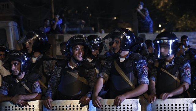 Сотрудники правоохранительных органов у захваченного здания полка полиции в Ереване.