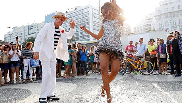 Уличные танцоры возле пляжа Копакабана в Рио-де-Жанейро, Бразилия