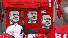Шарфы с изображением президента Турции Реджепа Эрдогана во время митинга против военного переворота в Анкаре. Архивное фото