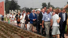Французские делегаты у мемориала Красный в Мирном, Крым