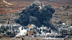 Дым над городом Кобани, Сирия после авиаударов военно-воздушных сил США. Вид с холма на границе Турции и Сирии. 17 ноября 2014