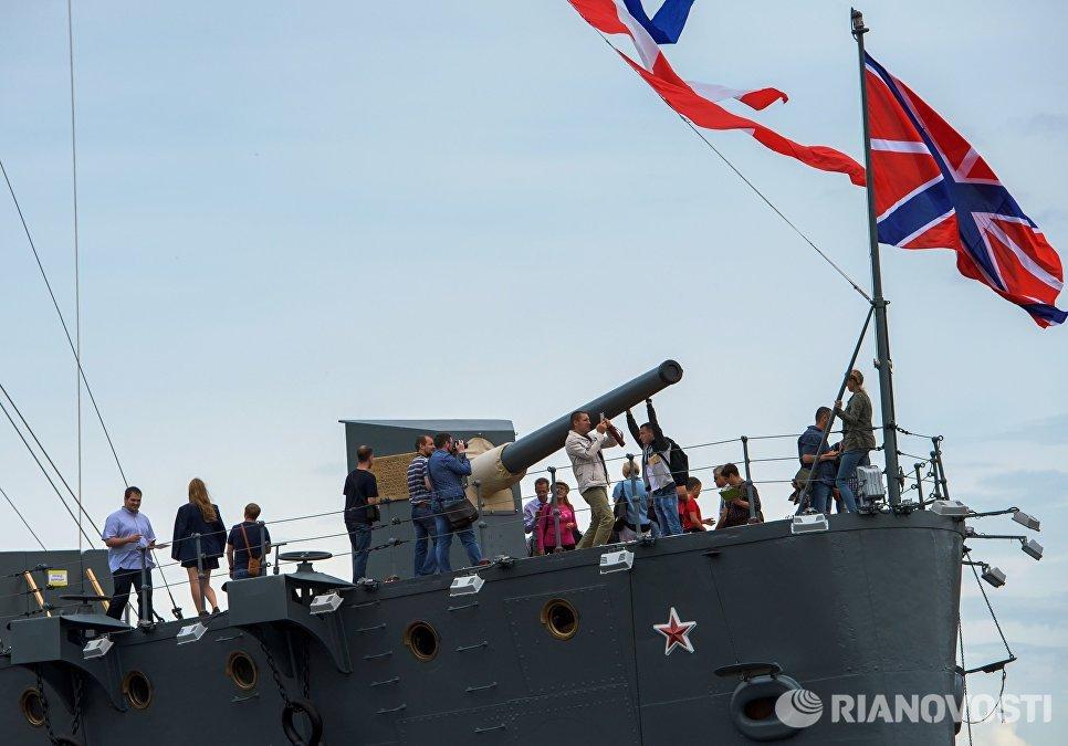 Посетители на крейсере Аврора, открывшемся после реставрации