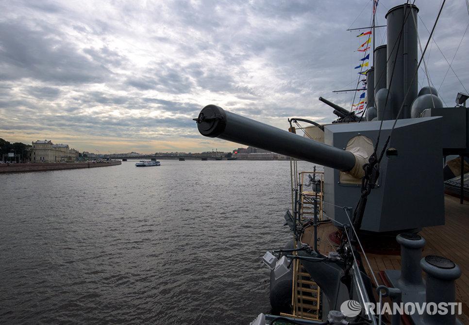 Крейсер Аврора, открывшийся после реставрации для посетителей, у Петроградской набережной в Санкт-Петербурге