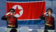 На торжественной церемонии у флага КНДР. Архивное фото