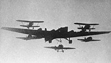 ТБ-7 советский четырехмоторный тяжёлый бомбардировщик дальнего действия в воздухе