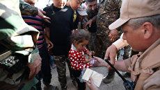 Раздача гуманитарной помощи жителям в Сирии. Архивное фото