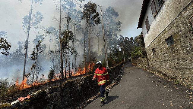 Пожарный на тушении лесных пожаров рядом с Барселуш. Архивное фото
