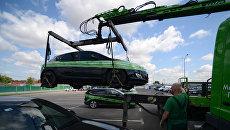 Эвакуатор привез автомобиль нарушителя правил парковки на спецстоянку администрации Московского парковочного пространства. Архивное фото