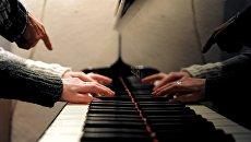 Урок игры на фортепиано в школе искусств. Архивное фото