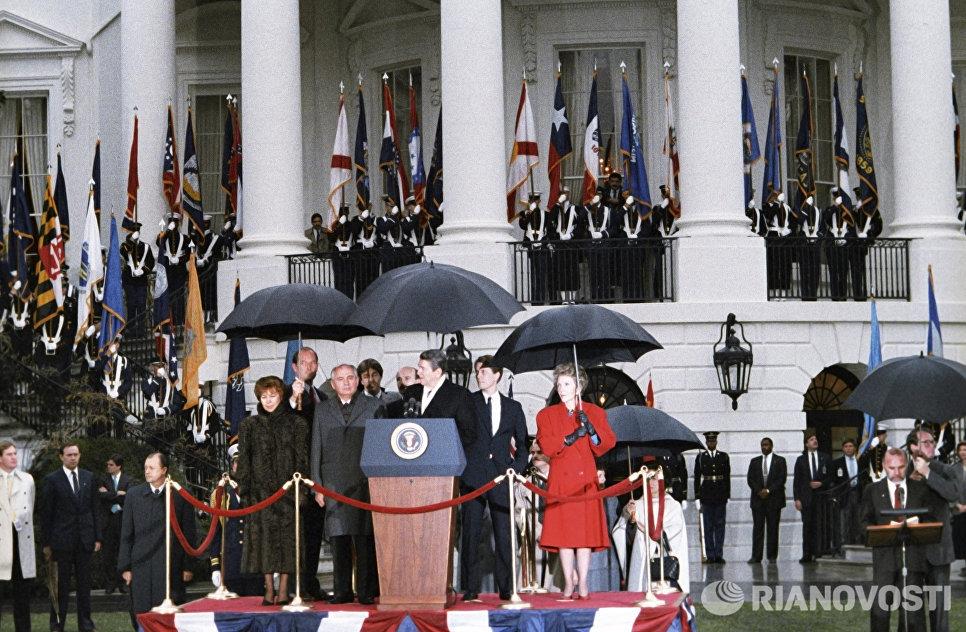 Генеральный секретарь ЦК КПСС М.С.Горбачев и президент США Р.Рейган у Белого дома в Вашингтоне