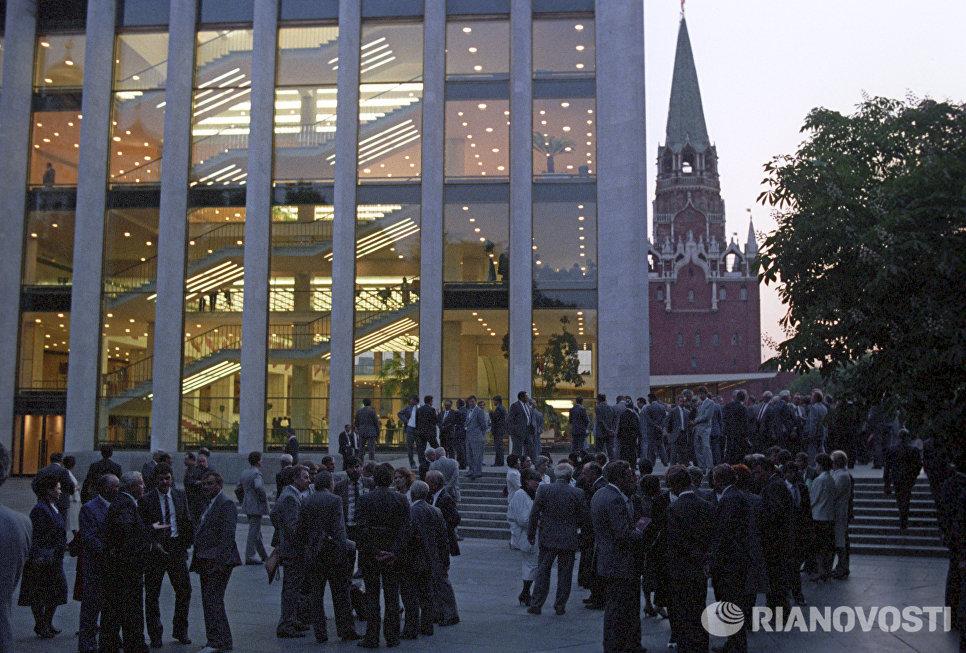 Участники I съезда народных депутатов СССР возле Кремлевского Дворца съездов