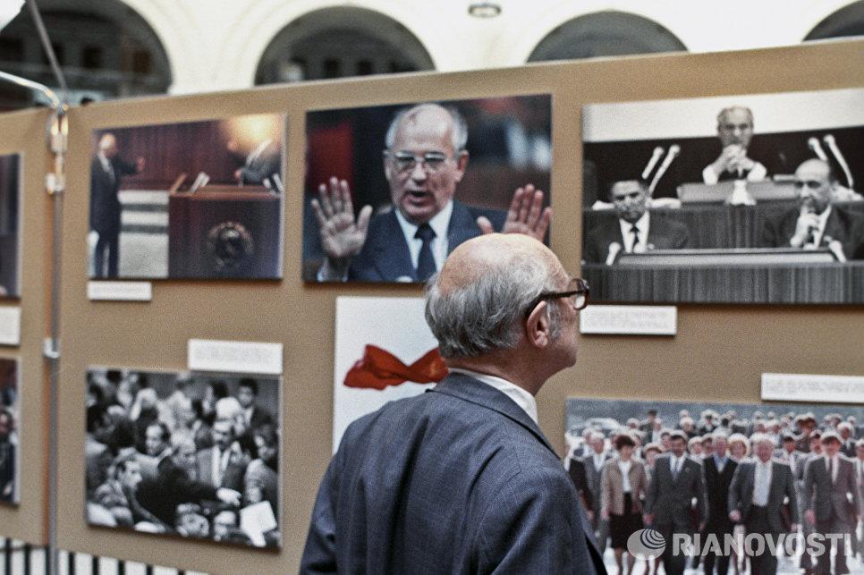 У стендов фотовыставки Агентства печати Новости - СССР: время перемен в Париже