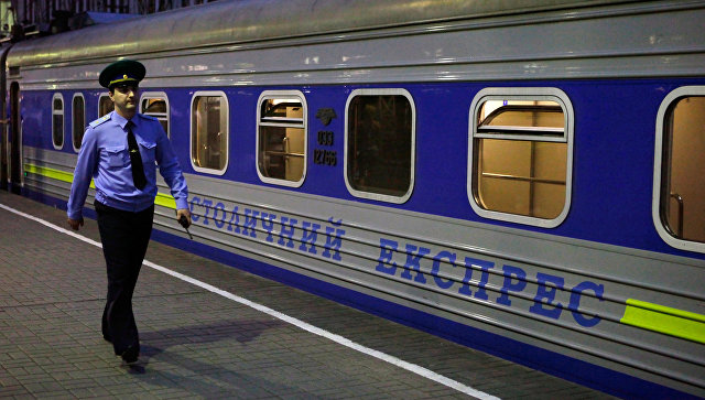 Сотрудник пограничной службы на платформе Киевского вокзала. Архивное фото