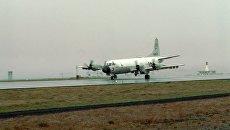 Самолет американсих ВВС P-3 Orion, способный нести ядерное вооружение, на авиабазе Кефлавик, Исландия. Архивное фото