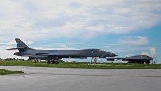 Американские бомбардировщики B-1B и B-2B на военно-воздушной базе Андерсон на острове Гуам. Архивное фото