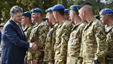 Президент Украины Петр Порошенко общается с военнослужащими. Архивное фото