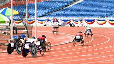 Спортсмены с ограниченными возможностями на стадионе во время соревнований. Архивное фото