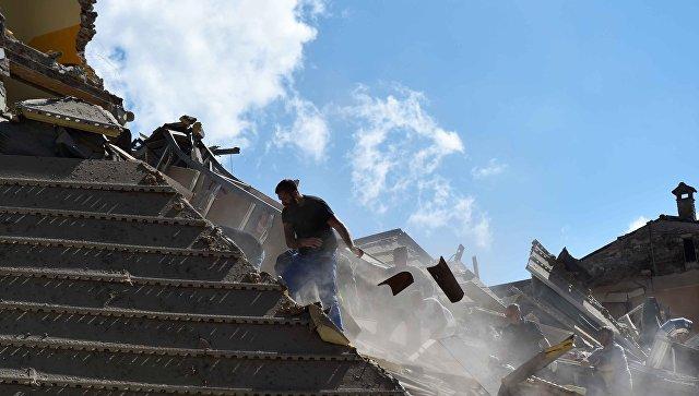 Люди разбирают завалы в городе Аматриче, пострадавшем в результате землетрясения. Архивное фото