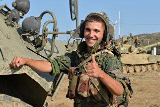 Военнослужащий личного состава танкового батальона готовится для проведения тактических учений мотострелковой бригады