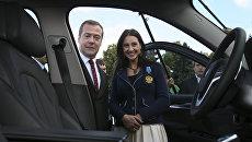 Дмитрий Медведев и Яна Егорян на церемонии вручения автомобилей победителям и призерам Игр XXXI Олимпиады в Рио-де-Жанейро. 25 августа 2016