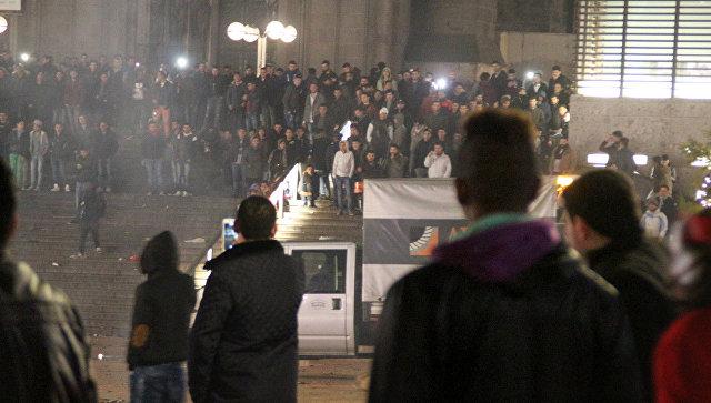 Мигранты у железнодорожной станции в Кёльне, Германия. 31 декабря 2015