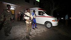 Сомалийские полицейские у больницы после теракта у ресторана в Могадишо. 25 августа 2016