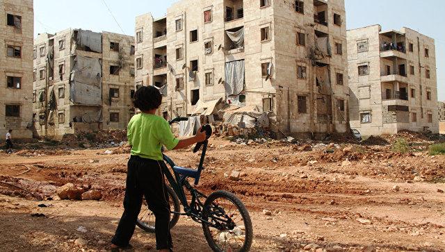 Дети из семей беженцев в Алеппо близ зоны боевых действий