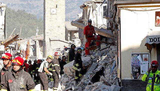 Спасатели работают в итальянском Аматриче