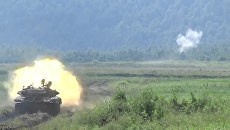 Экипаж боевого танка Т-90 стрелял по целям во время внезапной проверки войск
