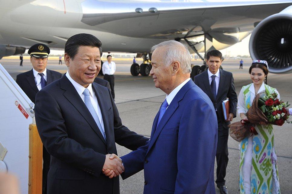 Президент Республики Узбекистан Ислам Каримов и председатель КНР Си Цзиньпин в аэропорту Ташкента