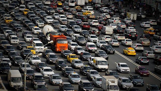 Автомобильная пробка на Зубовском бульваре в Москве